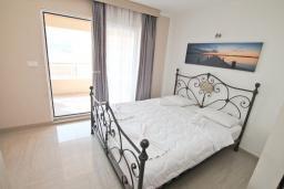 Студия (гостиная+кухня). Черногория, Рафаиловичи : Студия с балконом и видом на море на берегу моря в Рафаиловичах