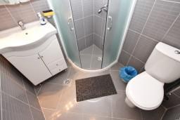 Ванная комната. Черногория, Добра Вода : Студия для 4 человек, с террасой с видом на море