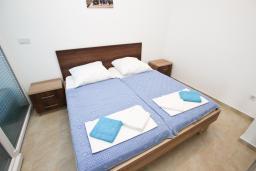 Спальня. Черногория, Добра Вода : Апартамент для 5 человек, с отдельной спальней, с террасой с видом на море