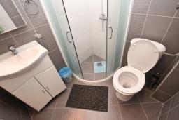 Ванная комната. Черногория, Добра Вода : Апартамент для 5 человек, с отдельной спальней, с террасой с видом на море