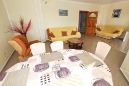 Гостиная. Черногория, Сутоморе : 2-х этажная вилла площадью 180м2 с бассейном и видом на море, с 4-мя отдельными спальнями, 2-мя ванными комнатами, зеленый дворик, барбекю, парковка, Wi-Fi