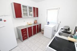 Кухня. Черногория, Сутоморе : 2-х этажная вилла площадью 180м2 с бассейном и видом на море, с 4-мя отдельными спальнями, 2-мя ванными комнатами, зеленый дворик, барбекю, парковка, Wi-Fi