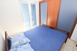 Спальня 2. Черногория, Сутоморе : 2-х этажная вилла площадью 180м2 с бассейном и видом на море, с 4-мя отдельными спальнями, 2-мя ванными комнатами, зеленый дворик, барбекю, парковка, Wi-Fi