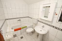 Bath room. Montenegro, Dobrota : Apartment with 2 bedrooms in Dobrota