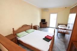 Студия (гостиная+кухня). Черногория, Столив : Студия с балконом с видом на залив, возле пляжа