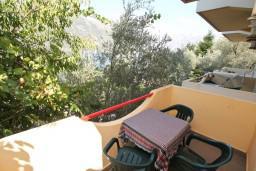 Балкон. Черногория, Столив : Студия с балконом с видом на залив, возле пляжа
