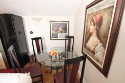 Обеденная зона. Черногория, Будва : Современный апартамент в старом городе Будвы