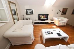 Гостиная. Черногория, Будва : Современный апартамент в старом городе Будвы