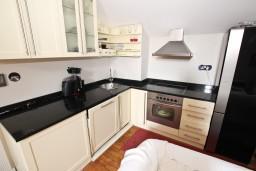 Кухня. Черногория, Будва : Современный апартамент в старом городе Будвы