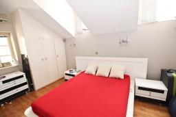 Спальня. Черногория, Будва : Современный апартамент в старом городе Будвы