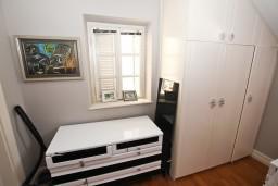 Гардеробная / шкаф. Черногория, Будва : Современный апартамент в старом городе Будвы