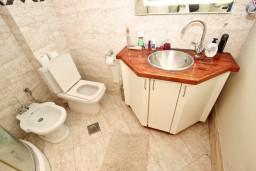 Ванная комната. Черногория, Будва : Современный апартамент в старом городе Будвы