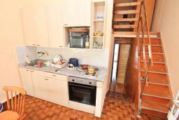 Кухня. Черногория, Крашичи : Апартамент с отдельной спальней, с террасой с шикарным видом на море, 100 метров до пляжа