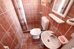 Ванная комната. Черногория, Тиват : Студия с террасой с видом на море