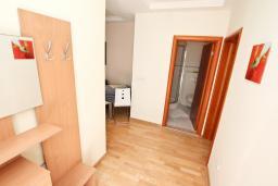 Коридор. Черногория, Ораховац : Апартамент с отдельной спальней, с балконом с видом на море, 80 метров до пляжа
