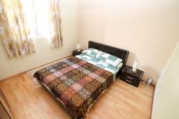 Спальня. Черногория, Ораховац : Апартамент с отдельной спальней, с балконом с видом на море, 80 метров до пляжа