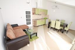 Гостиная. Черногория, Игало : Апартамент для 4-6 человек, с 2-мя отдельными спальнями, с балконом с видом на море