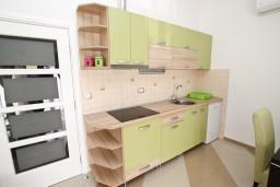 Кухня. Черногория, Игало : Апартамент для 4-6 человек, с 2-мя отдельными спальнями, с балконом с видом на море