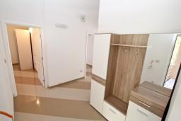Коридор. Черногория, Игало : Апартамент для 4-6 человек, с 2-мя отдельными спальнями, с балконом с видом на море