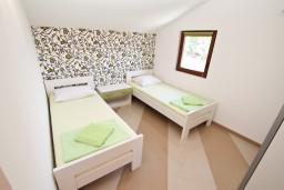 Спальня. Черногория, Игало : Апартамент для 4-6 человек, с 2-мя отдельными спальнями, с балконом с видом на море