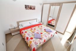 Спальня 2. Черногория, Игало : Апартамент для 4-6 человек, с 2-мя отдельными спальнями, с балконом с видом на море