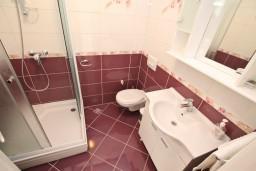 Ванная комната. Черногория, Игало : Апартамент для 4-6 человек, с 2-мя отдельными спальнями, с балконом с видом на море