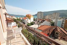 Балкон. Черногория, Игало : Апартамент для 4-6 человек, с 2-мя отдельными спальнями, с балконом с видом на море