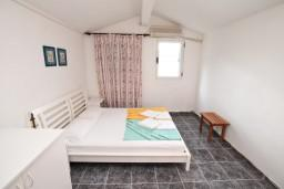 Спальня. Черногория, Ораховац : Двухэтажный апартамент с 1 спальней и балконом с шикарным видом на море в 10 метрах от пляжа