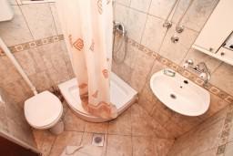 Ванная комната. Черногория, Ораховац : Двухэтажный апартамент с 1 спальней и балконом с шикарным видом на море в 10 метрах от пляжа