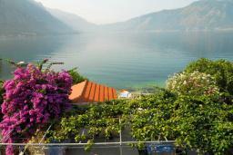 Вид на море. Черногория, Ораховац : Двухэтажный апартамент с 1 спальней и балконом с шикарным видом на море в 10 метрах от пляжа