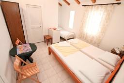 Спальня. Черногория, Ораховац : Трёхместная комната в 10 метрах от пляжа