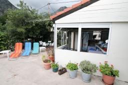 Территория. Черногория, Ораховац : Трёхместная комната в 10 метрах от пляжа