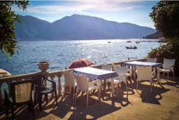 Терраса. Черногория, Ораховац : Трёхместная комната в 10 метрах от пляжа
