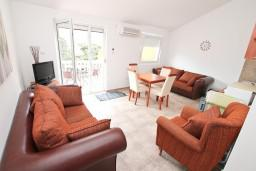 Гостиная. Черногория, Прчань : Апартамент для 4 человек, с 2-мя отдельными спальнями, с балконом с шикарным видом на море, 50 метров до пляжа