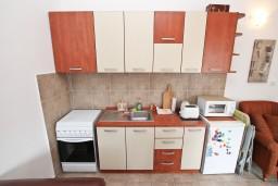 Кухня. Черногория, Прчань : Апартамент для 4 человек, с 2-мя отдельными спальнями, с балконом с шикарным видом на море, 50 метров до пляжа