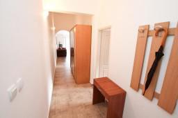 Коридор. Черногория, Прчань : Апартамент для 4 человек, с 2-мя отдельными спальнями, с балконом с шикарным видом на море, 50 метров до пляжа