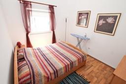 Спальня 2. Черногория, Прчань : Апартамент для 4 человек, с 2-мя отдельными спальнями, с балконом с шикарным видом на море, 50 метров до пляжа