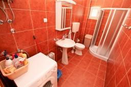 Ванная комната. Черногория, Прчань : Апартамент для 4 человек, с 2-мя отдельными спальнями, с балконом с шикарным видом на море, 50 метров до пляжа