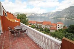 Балкон. Черногория, Прчань : Апартамент для 4 человек, с 2-мя отдельными спальнями, с балконом с шикарным видом на море, 50 метров до пляжа