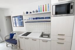 Кухня. Черногория, Доня Ластва : Апартамент для 4 человек, с отдельной спальней, 50 метров до моря