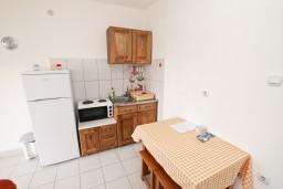 Кухня. Черногория, Кримовица : Апартамент с отдельной спальней, с балконом с видом на море