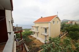 Вид на море. Черногория, Кримовица : Апартамент с отдельной спальней, с балконом с видом на море