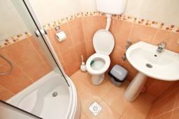 Ванная комната. Черногория, Кримовица : Апартамент для 3-5 человек, с отдельной спальней, с балконом с видом на море