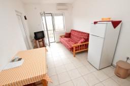 Гостиная. Черногория, Кримовица : Апартамент для 3-5 человек, с отдельной спальней, с балконом с видом на море