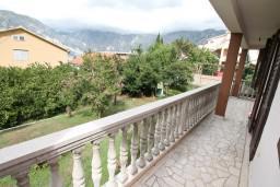 Балкон. Черногория, Столив : Этаж дома в Которе (Столив), с 3-мя отдельными спальнями, с 2-мя ванными комнатами (душ и ванна), с большой гостиной, с зеленым двориком, с террасой и балконом, стиральная машина, Wi-Fi, несколько парковочных мест, 100 метров до пляжа.