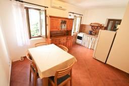 Черногория, Рисан : Двухуровневый апартамент для 3-5 человек, с отдельной спальней, с 2-мя ванными комнатами, 80 метров до моря