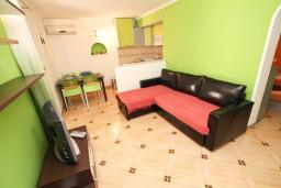 Гостиная. Черногория, Святой Стефан : Апартамент для 2-4 человек, с отдельной спальней, с террасой