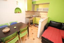 Обеденная зона. Черногория, Святой Стефан : Апартамент для 2-4 человек, с отдельной спальней, с террасой