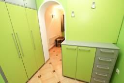 Гардеробная / шкаф. Черногория, Святой Стефан : Апартамент для 2-4 человек, с отдельной спальней, с террасой