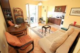 Гостиная. Черногория, Герцег-Нови : Этаж дома с 2-мя отдельными спальнями, с террасой, 50 метров до моря